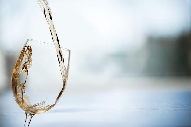 Weißweinspritzer auf hintergrund isoliert