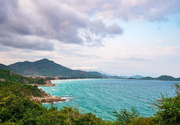 Weite aussicht auf die malerische tropische bucht, die üppigen grünen wälder und das blau wehende meer. die östlichste küste vietnams, provinz phu yen zwischen da nang und nha trang.