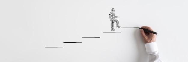Weites ansichtsbild des geschäftsmanns der männlichen hand, der die treppe zum erfolg hinaufgeht.