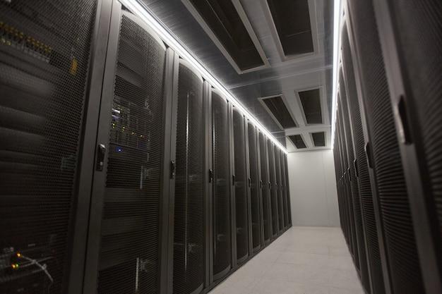 Weitwinkel-hintergrundbild der serverraumhalle mit supercomputer im rechenzentrum oder in der forschungseinrichtung, kopierraum