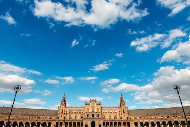 Weitwinkelansicht der plaza de espana in sevilla spanien ein platz, der 1928 für die iberoamerikanische ausstellung von 1929 im regionalismus-stil gebaut wurde?