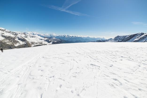 Weitwinkelansicht eines skiorts in der ferne mit dem entstehen der eleganten bergspitzen