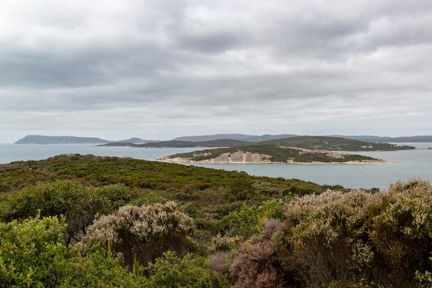 Weitwinkelaufnahme der inseln und der vegetation des national anzac centre in australien