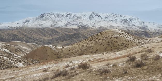 Weitwinkelaufnahme des mit schnee bedeckten squaw butte-berges, der in idaho, usa gefangen genommen wird