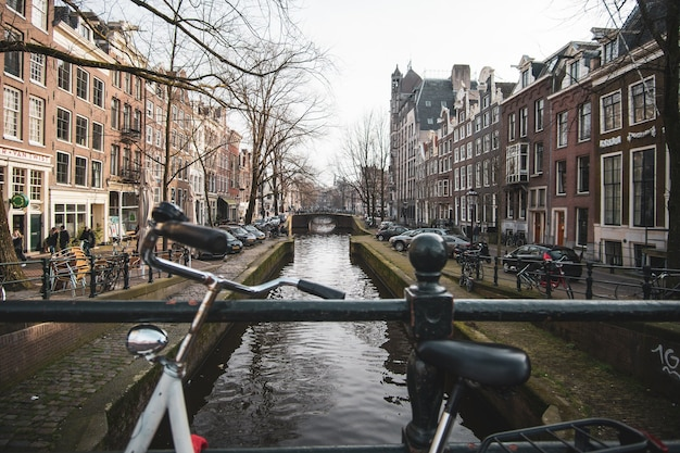 Weitwinkelaufnahme einer stadt und eines sees zwischen zwei seiten von einer brücke in den niederlanden