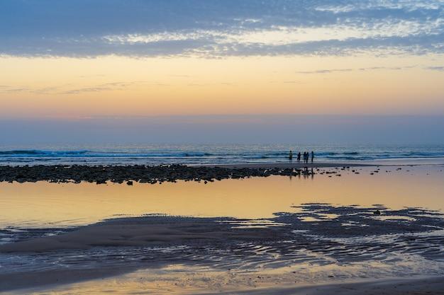 Weitwinkelaufnahme eines schönen strandes in zahora spanien