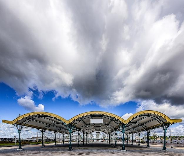 Weitwinkelaufnahme eines überdachten veranstaltungsraums in den niederlanden an einem wolkigen tag