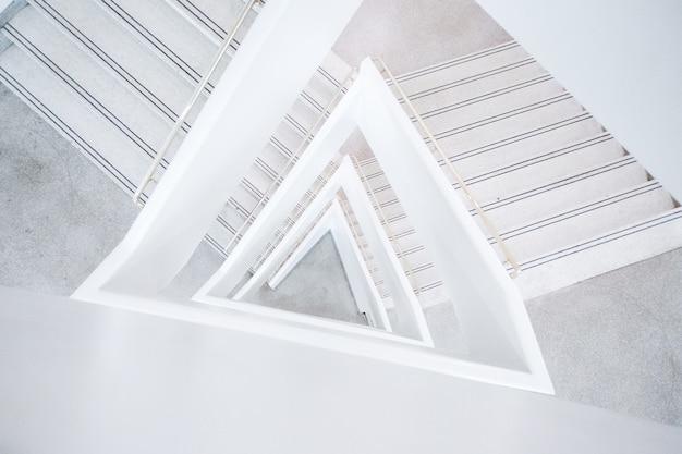 Weitwinkelaufnahme eines weißen abstrakten architekturgebäudes
