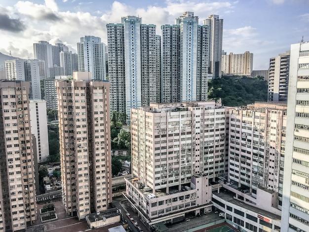 Weitwinkelaufnahme mehrerer gebäude von hongkong, die tagsüber nebeneinander gebaut wurden