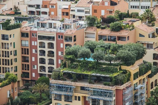 Weitwinkelaufnahme von bäumen, die auf den gebäuden einer stadt wachsen