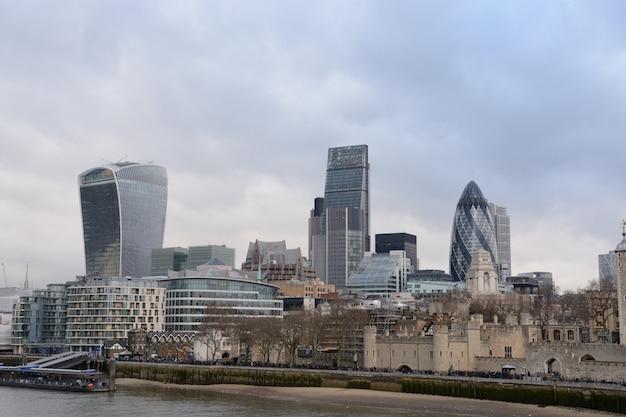 Weitwinkelaufnahme von hohen glasgebäuden in london in der nähe des sees
