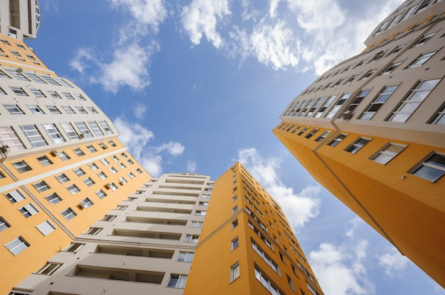 Weitwinkelaufnahme von neuen generischen wohngebäuden