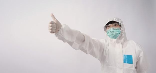 Weitwinkelbilder einer asiatischen ärztin in psa-anzug oder persönlicher schutzausrüstung und medizinischem