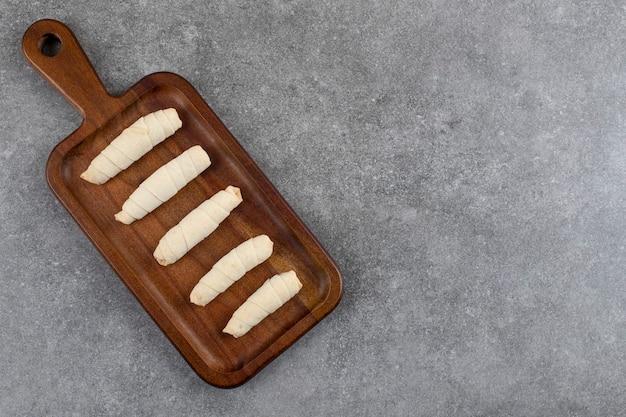 Weitwinkelfoto von frischen hausgemachten gerollten keksen. ansicht von oben.