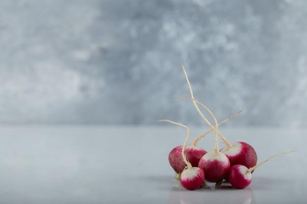 Weitwinkelfoto von frischen organischen radieschen auf weißem hintergrund.