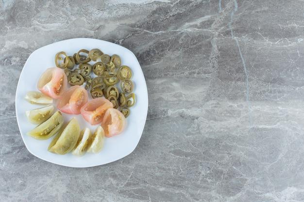 Weitwinkelfoto von geschnittenen tomaten- und paprikascheiben.
