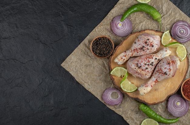 Weitwinkelfoto von rohen hühnertrommelstöcken und gemüse