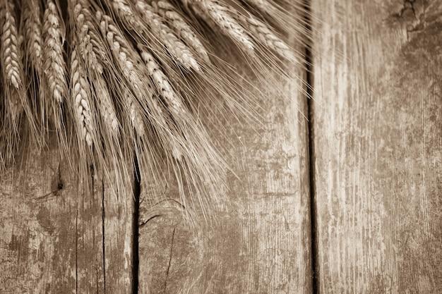 Weizen auf altem holzhintergrund