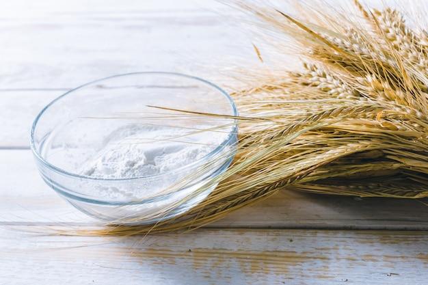 Weizen auf dem hölzernen hintergrund