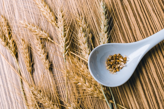 Weizen auf dem holz