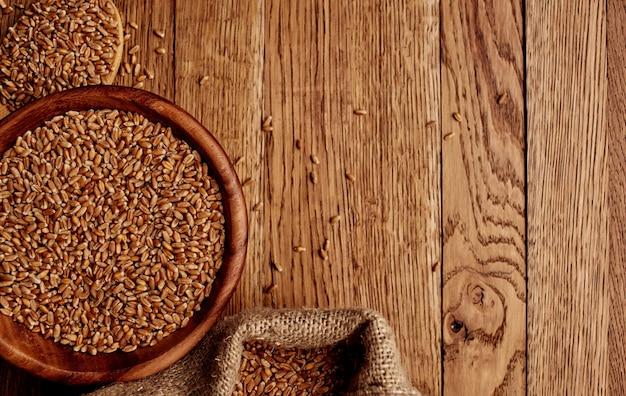Weizen auf dem tisch in einem hölzernen texturbild der plattentasche