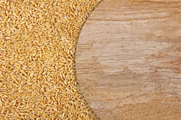 Weizen auf hölzernem beschaffenheitshintergrund