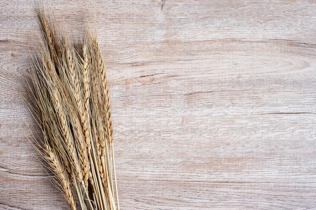 Weizen auf tabellenhintergrund mit kopienraum