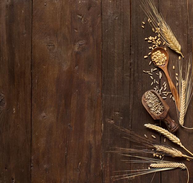 Weizen und dinkel auf einem alten holztisch