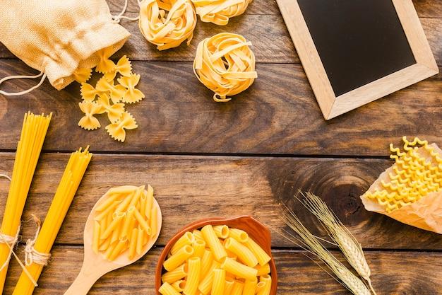 Weizen und pasta in der nähe von tafel