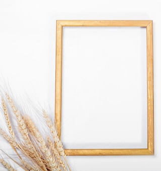 Weizen und rahmen auf einer weißen oberfläche