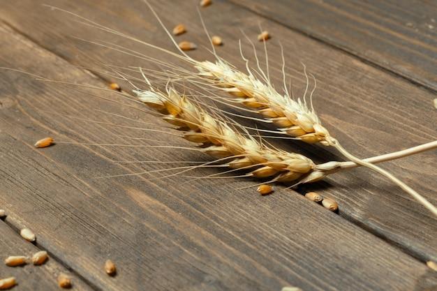 Weizenähren auf dem holztisch