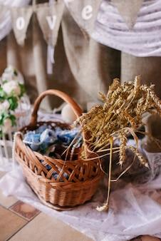 Weizenähren in einem weidenkorb. nationaldekor von belarus
