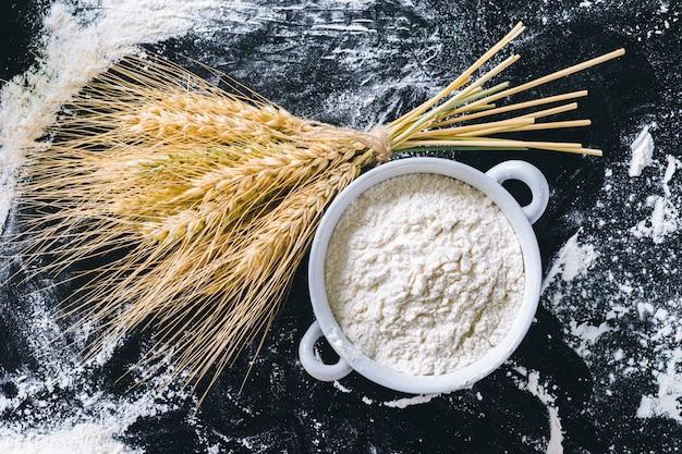 Weizenähren und mehl