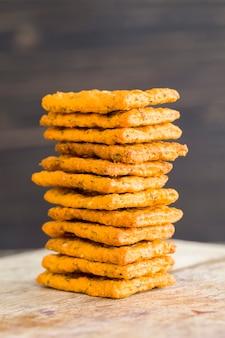 Weizencracker mit zusatz von getrocknetem gemüse und gewürzen, gesunde diätetische lebensmittel, die reich an mineralien, vitaminen und ballaststoffen sind,