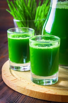 Weizengras erschossen. saft aus weizengras. trend der gesundheit.