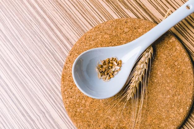 Weizenkörner auf löffel
