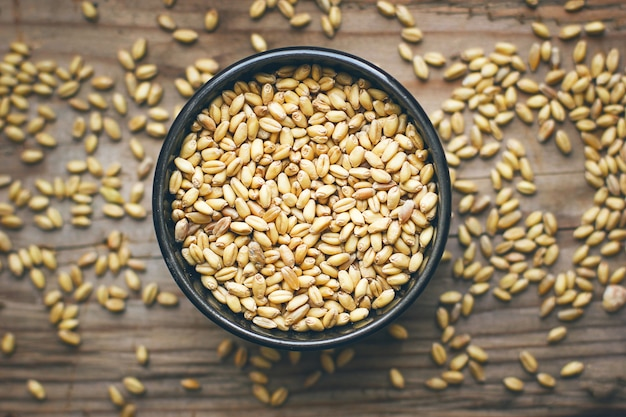 Weizenkörner in der schüssel und weizenpopcorn in der schüssel, weizensamen rustikal