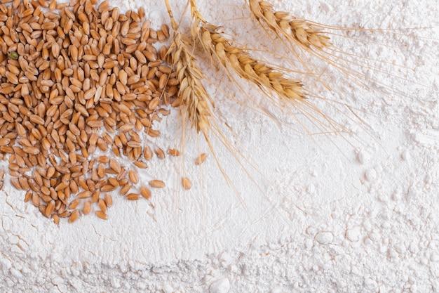 Weizenkörner und weizenmehl nahaufnahme. draufsicht.