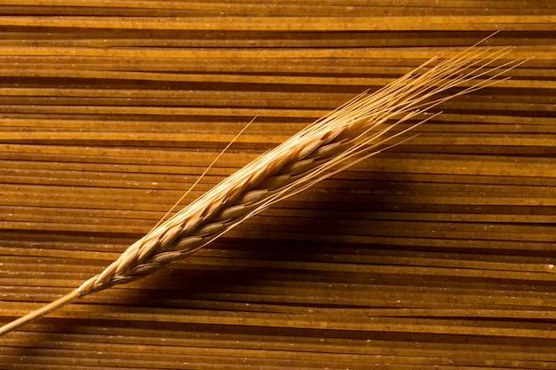 Weizenohr auf ungekochten integrierten spaghetti