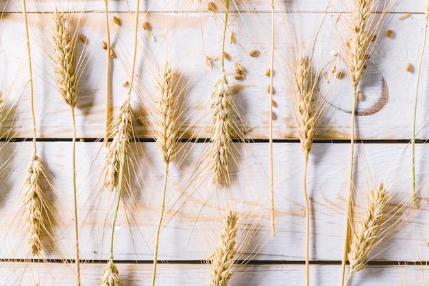 Weizenohren und körner auf holzbrettern