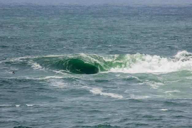 Welle auf dem vidigal strand, bekannt als sheratonplatte in rio de janeiro