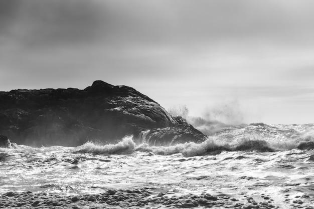 Welle, die an der küstenlinie, pazifische rand-nationalpark-reserve, tofino, vancouver island, britisches co spritzt