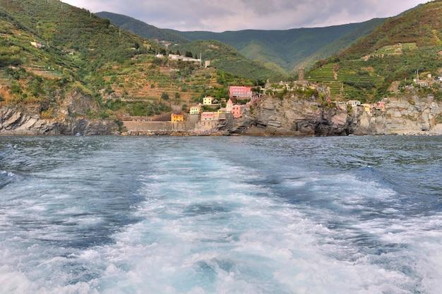 Welle gebildet von einem schiff, das die italienische küste von fünf ländern entfernt