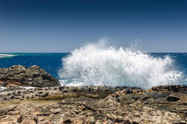 Welle um salz zu produzieren. traditionelle methoden der meersalzherstellung in salinas del carmen, fuerteventura. produktion aus meerwasser