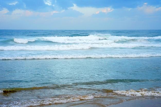 Wellen am strand bei windigem wetter