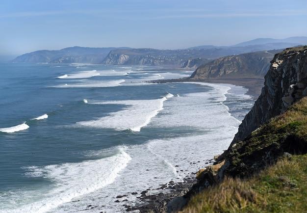 Wellen an der baskischen küste, maritime landschaft getxo