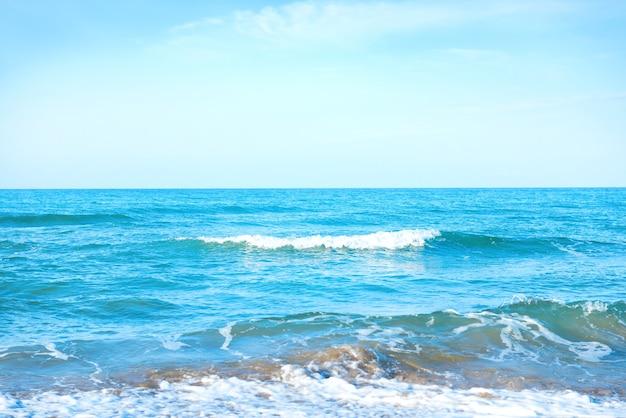 Wellen auf dem blauen meerwasser an einem strand