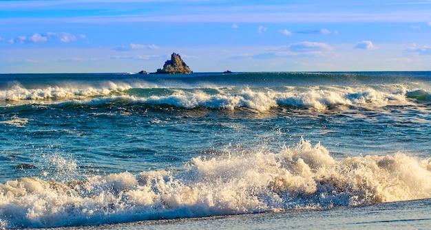 Wellen auf dem pazifik auf der halbinsel kamtschatka