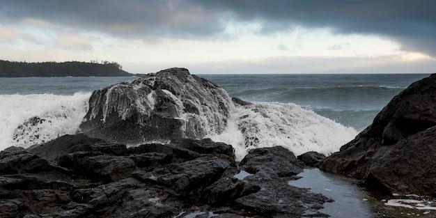 Wellen, die an der küste, pettinger-punkt, cox-bucht, nationalpark-reserve pacific rim, tofino, britis spritzen