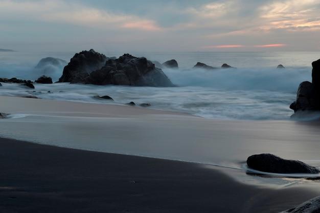 Wellen, die auf felsen, sayulita, nayarit, mexiko brechen